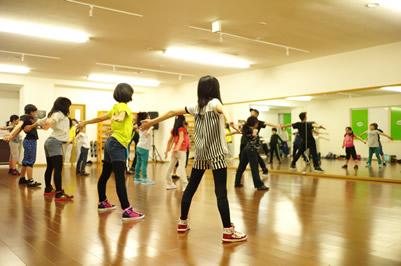 アートファクトリーダンススタジオはヒップホップダンスを中心に「踊り」を通してストリートダンスやヒップホップカルチャーの奥深さや素晴らしさを伝えていきたいという思いで2015年に誕生したダンススタジオです。